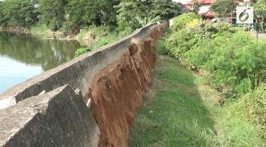 Fenomena tanah bergerak yang terjadi di sebuah perumahan bikin heboh warga bekasi. Tanah bergeser hingga 100 meter dengan kedalaman 1 meter.