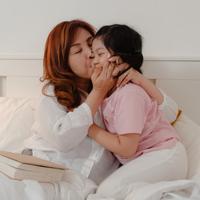 Membangun komunikasi dengan anak./Copyright shutterstock.com/g/Tirachard