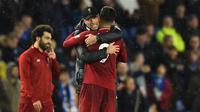 Pelatih Liverpool, Juergen Klopp, merangkul pemainnya usai mengalahkan Brighton pada laga Premier League di Stadion Vitality, Brighton, Sabtu (12/1). Brighton kalah 0-1 dari Liverpool. (AFP/Glyn Kirk)