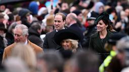 Kate Middleton bersama suaminya Pangeran William dan keluarga kerajaan Inggris berjalan usai mengikuti Misa Natal bersama keluarga kerajaan di Gereja St. Mary Magdalene di Sandringham, Inggris, (25/12/2015). (AFP/BEN STANSALL)