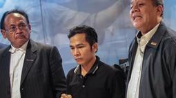 Yusman Telaumbanua didampingi Wakil Sekretaris Jenderal Peradi Rivai Kusumanegara dan Sekretaris Komisi Pengawas DPN Peradi Victor Nadapdap memberi keterangan usai pertemuan tertutup dengan pihak kontras, Jakarta (21/11).  (Liputan6.com/Faizal Fanani)