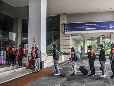 Atlet kontingen DKI Jakarta yang berlaga pada ajang PON XX Papua tiba di Hotel Grand Cempaka Business, Jakarta, Kamis (14/10/2021). Hingga hari ini sebanyak 217 atlet dan official kontingen DKI Jakarta tiba di Hotel Grand Cempaka untuk menjalani karantina. (merdeka.com/Iqbal S. Nugroho)