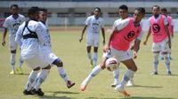 Para pemain Persib Bandung ketika berlatih di Stadion Gelora Bandung Lautan Api (GBLA) dalam persiapan menuju lanjutan Shopee Liga 1 2020. (Bola.com/Erwin Snaz)