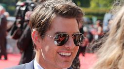 Aktor Hollywood, Tom Cruise menyapa para penggemar setibanya pada World premiere film terbarunya, Mission: Impossible Fallout di Paris, Kamis (12/7). Film ini dipenuhi dengan adegan menentang kematian dan aksi nekat lainnya. (AP/Thibault Camus)