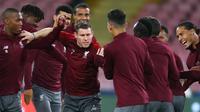 Gelandang Liverpool, James Milner (tengah) bercanda dengan rekan-rekannya selama sesi latihan di stadion San Paolo di Naples, Italia (2/10). Liverpool akan bertanding melawan Napoli pada grup C Liga Champions. (AFP Photo/Carlo Hermann)