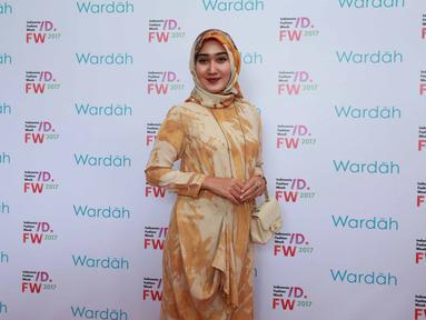Dengan baju bernuansa coklat muda dan kerudung motif corak yang diikatkan ke belakang. Gaya hijab pendiri busana Dian Pelangi Fashion ini tetap simpel dan tetap terlihat anggun. (Kapanlagi/Muhammad Akrom Sukarya)