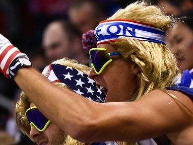 Seorang fans AS bersorak saat pertandingan penyisihan hoki es grup B antara Rusia dan Amerika Serikat selama Olimpiade Musim Dingin Pyeongchang 2018 di Gangneung Hockey Center di Gangneung (17/2). (AFP Photo/Brendan Smialowski)
