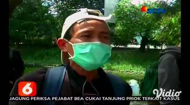 Bus berpenumpang 15 orang TKI yang bekerja di Italia ini, dihentikan polisi di pos check point exit tol Gunungsari, Surabaya, Jawa Timur, Jumat siang.