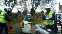 OTW OTW BBC Tilang parkir warga dibatalkan karena sang polisi ketahuan menggeser corong (cone) tanda larangan.