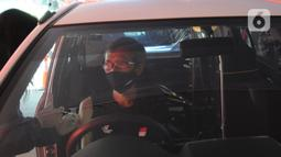 Paramedis menyuntikkan vaksin COVID-19 secara drive thru kepada pengendara mobil di GOR Pajajaran, Kota Bogor, Jawa Barat, Rabu (17/3/2021). Kegiatan ini diselenggarakan oleh Halodoc, Gojek, dan Pemkot Bogor. (merdeka.com/Arie Basuki)