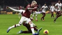 Striker AC Milan, Samu Castillejo, berusaha melewati bek Torino, Ola Aina, pada laga Coppa Italia di Stadion San Siro, Milan, Selasa (28/1). Milan menang 4-2 atas Torino. (AFP/Miguel Medina)