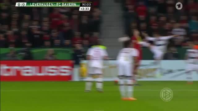 Alcantara menendang wajah pemain Bayer Leverkusen.