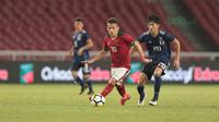 Pemain Timnas Indonesia U-19, Egy Maulana Vikri melewati pemain Jepang U-19 di Stadion Utama GBK, (24/3/2018). Indonesia U-19 Kalah 1-4. (Bola.com/Nicklas Hanoatubun)