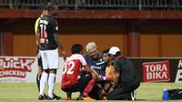 Hilton Moreira dan Satria Tama saat laga Madura United vs Persipura di Stadion Gelora Ratu Pamelingan, Pamekasan, Sabtu (20/10/2018). (Bola.com/Aditya Wany)