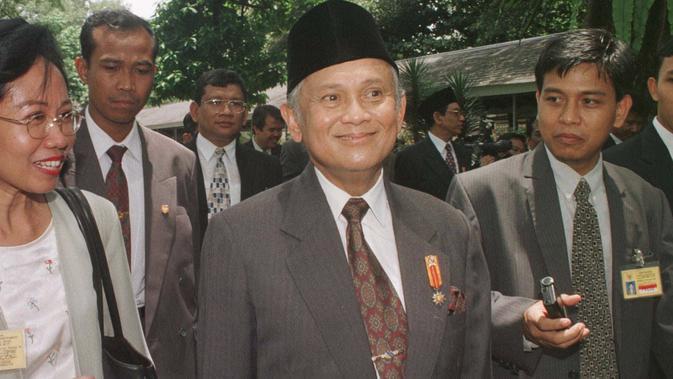 BJ Habibie yang menjabat sebagai Menteri Negara Riset dan Teknologi (Menristek) menghindari pertanyaan awak media selama upacara perpisahan kabinet di Istana Merdeka, Jakarta, 1 Maret 1998. (AP Photo/Muchtar Zakaria)