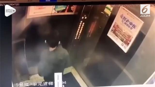 Seorang pria nekat kencing di dalam lift hingga membuatnya korslet. Momen ini terekam kamera CCTV.