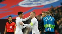Striker Inggris, Wayne Rooney saat mengantikan gelandang Jesse Lingard pada pertandingan persahabatan melawan Amerika Serikat (AS) di Stadion Wembley, Inggris (16/11). (AFP Photo/Ian Kington)