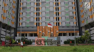 Beberapa anak bermain di halaman Rusunawa KS Tubun, Jakarta, Jumat (5/4). Rusunawa KS Tubun memiliki tiga tower dengan ketinggian 16 lantai dan 524 unit hunian tipe 36 tersedia di sana. (Liputan6.com/Helmi Fithriansyah)