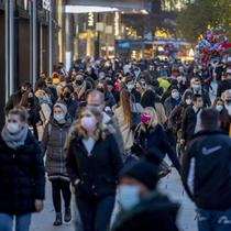 Orang-orang berjalan melewati zona pejalan kaki utama di Frankfurt, Jerman, Senin (14/12/2020).  Mengurangi sebaran virus corona COVID-19, Jerman akan kembali menutup wilayahnya atau lockdown mulai 16 Desember 2020 mendatang.  (AP Photo/Michael Probst)