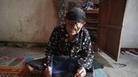 Nenek Sarjinah, warga Desa Sidoharjo, Kecamatan Jambon, Kabupaten Ponorogo, Jawa Timur itu belum merdeka dari kemiskinan dan penyakit kanker kulit menggerogoti matanya. (Liputan6.com/ Dian Kurniawan)