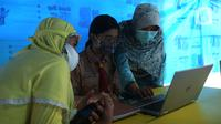 Para siswa belajar online di Tenda Wifi gratis di taman warga RT 013, Jakarta Timur, Rabu (12/8/2020). Tenda belajar tersebut menyediakan fasilitas wifi gratis bagi anak-anak sekolah yang terkendala dengan mahalnya kuota internet. (merdeka.com/Imam Buhori)