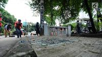 Polisi melakukan olah TKP di lokasi kecelakaan Ketua DPR, Setya Novanto di kawasan Permata Hijau, Jakarta, Jumat (17/11). Sebelumnya, mobil Fortuner yang ditumpangi Setya Novanto menabrak tiang listrik. (Liputan6.com/Helmi Fithriansyah)