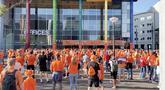 Suasana kerumunan penonton pendukung Belanda jelang pertandingan melawan Ukraina. Meski berkerumun, mereka terlihat masih berusaha menjaga jarak satu sama lain. (Foto: Bola.com/Tito Sianipar)