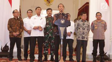 Presiden Joko Widodo (tengah) menyampaikan keterangan terkait kerusuhan pascapengumuman hasil Pemilu 2019 di Istana Merdeka, Jakarta, Rabu (22/5/2019). Jokowi mengatakan tidak akan menoleransi pihak-pihak yang akan mengganggu keamanan, proses demokrasi, dan persatuan negara. (Liputan6.com/HO/Ran)