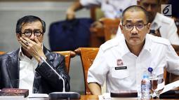 Menkumham Yasonna Laoly (kiri) menyampaikan pandangan pemerintah terkait amnesti untuk Baiq Nuril  kepada Komisi III DPR di Gedung Nusantara II, Jakarta, (24/7/2019). DPR setuju Presiden Joko Widodo atau Jokowi memberikan amnesti kepada Baiq Nuril. (Liputan6.com/JohanTallo)