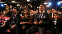 Bintang Real Madrid, Cristiano Ronaldo dan putranya, Cristiano Ronaldo Jr, duduk di samping bintang Argentina, Lionel Messi serta sang istri, Antonella, dalam acara The Best FIFA Football Awards 2017 di London, Inggris, Senin (23/10). (AP/Alastair Grant)