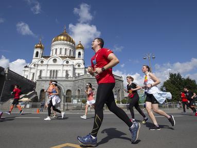 Para pelari berkompetisi dalam Moscow Half Marathon di Moskow, Rusia (2/8/2020). Lebih dari 9.500 pelari mengikuti Moscow Half Marathon dengan menerapkan protokol kesehatan saat pandemi Covid-19. (Xinhua/Alexander Zemlianichenko Jr)