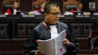 Tim kuasa hukum Prabowo-Sandi, Denny Indrayana bersiap membacakan materi gugatan dari pasangan 02 Prabowo Subianto dan Sandiaga Uno dalam sidang perdana sengketa Pilpres 2019 di Gedung Mahkamah Konstitusi, Jakarta, Jumat (14/6/2019). (Lputan6.com/Johan Tallo)