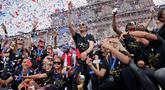 Pemain timnas sepak bola wanita Amerika Serikat (AS), Megan Rapinoe (tengah) bersama rekan-rekannya merayakan kemenangan pada Piala Dunia Wanita 2019 saat parade di New York, AS, Rabu (10/7/2019). AS menjuarai Piala Dunia Wanita 2019 usai mengalahkan Belanda di final. (AP Photo/Seth Wenig)