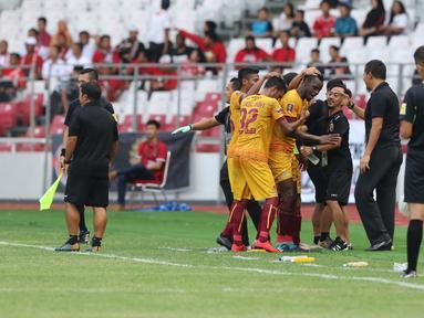 Pemain Sriwijaya FC Mahamadou Ndiaye bersama rekan setimnya melakukan selebrasi usai mencetak gol ke gawang PSMS Medan dalam laga perebutan tempat ketiga Piala Presiden di Stadion Gelora Bung Karno, Jakarta, Sabtu (17/2). (Liputan6.com/Arya Manggala)