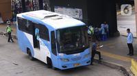 Bus Transjakarta terlihat di kawasan Stasiun Tanah Abang, Jakarta, Kamis (7/1/2021). Pemerintah melakukan pembatasan kapasitas dan operasional transportasi umum seiring diterapkannya kebijakan Pembatasan Kegiatan Masyarakat (PKM) pada 11-25 Januari 2021 di Jawa dan Bali. (Liputan6.com/Angga Yuniar)