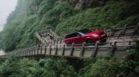 New Range Rover Sport Plug-in Hybrid menanjak di tangga curam Tianmen Road (Land Rover)