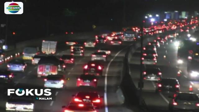 Puluhan ribuan kendaraan sejak Minggu 1 April petang memadati ruas Tol Cikampek menuju Jakarta.