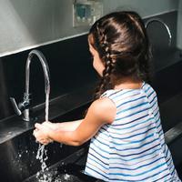 ilustrasi anak mencuci tangan/copyright Rawpixel