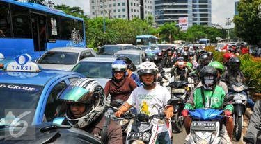 Sejumlah kendaraan terjebak di jalur lambat Jl HR Rasuna Said, Kuningan,  Jakarta Selatan, Rabu (4/5). Ribuan bidan desa menggelar aksi demo dan menutup akses jalur lambat di depan kantor Kemenkes. (Liputan6.com/Yoppy Renato)