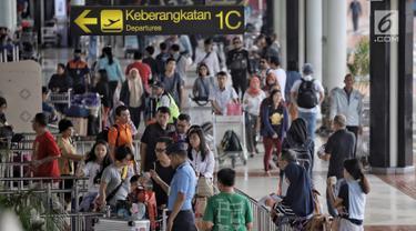 Antrean calon penumpang tampak memadati terminal 1B di Bandara Soekarno-Hatta Cengkareng, Banten, Jakarta (9/6). H-6 jelang lebaran, pada rekap penumpang kemarin, 8 Juni 2018, baik kedatangan dan keberangkatan mencapai 206.335.(Liputan6.com/Faizal Fanani)
