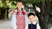 Putri Estelle dan Pangeran Oscar memakai busana tradisional memperingati National Day Swedia. (dok. Instagram @kungahuset/https://www.instagram.com/p/CBDtRVkA5RJ/)