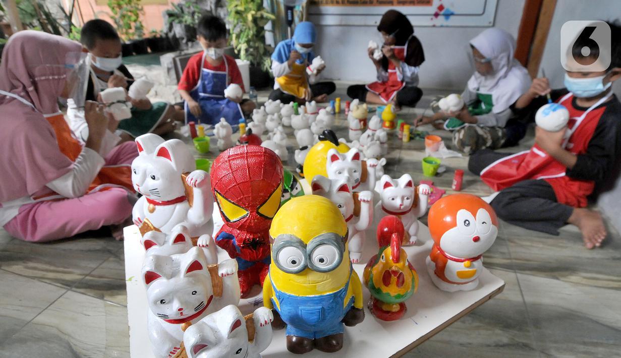 Anak-anak mewarnai boneka berkarakter kartun di Saung Art Gallery, Pondok Cabe, Tangerang Selatan, Banten, Kamis  (25/3/2021). Selain menjadi sarana edukasi, boneka berbahan gipsum yang dapat digunakan sebagai celengan ini dijual dengan harga Rp 20 ribu-Rp 40 ribu per buah. (merdeka.com/Arie Basuki)