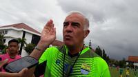 Pelatih Persib Bandung, Mario Gomez, mengomentari mundurnya kick off Liga 1 2018. (Bola.com/Erwin Snaz)