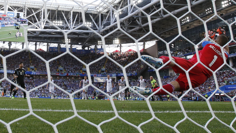 Kiper Islandia, Hannes Halldorsson, menepis penalti bintang Argentina, Lionel Messi,  pada laga Grup D Piala Dunia di Stadion Spartak, Moskow, Sabtu (16/6/2018). Islandia bermain imbang 1-1 dengan Argentina. (AP/Antonio Calanni)