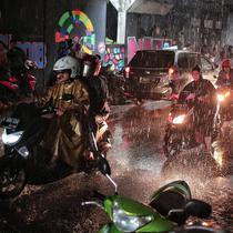 Pengendara sepeda motor berteduh di bawah Flyover Tol Jagorawi di kawasan Ciracas, Jakarta (13/1). Selain menimbulkan ketidaknyamanan pengguna jalan lainnya, perilaku ini juga memicu kemacetan lalu lintas. (Liputan6.com/Faizal Fanani)