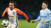 Gelandang Shakhtar donetsk, Bernard, berebut bola dengan gelandang Manchester City, Phil Foden, pada laga Liga Champions di Stadion Metalist, Kharkiv, Rabu (6/12/2017). Shakhtar menang 2-1 atas City. (AP/Efrem Lukatsky)