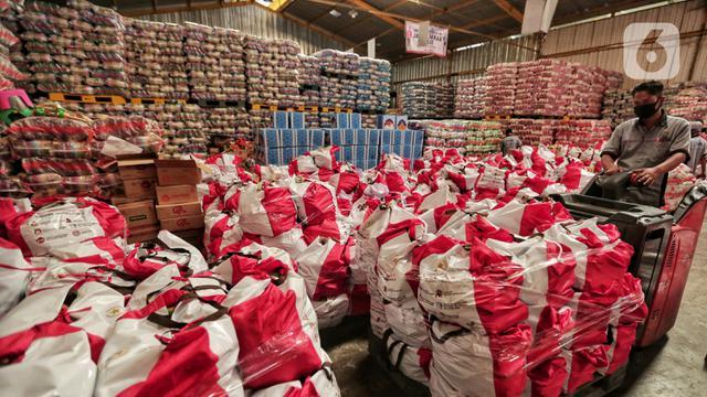 FOTO: Melihat Proses Pengemasan Bantuan Sosial Pemerintah Pusat
