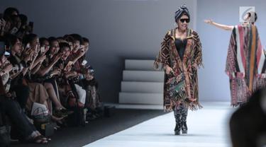 Menteri Kelautan dan Perikanan Susi Pudjiastuti berjalan di 'catwalk' mengenakan busana rancangan Anne Avantie yang bertajuk Badai Pasti Berlalu pada perhelatan Jakarta Fashion Week 2019 di Senayan City, Selasa (23/10). (Liputan6.com/Faizal Fanani)