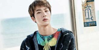 Di balik wajahnya yang tampan, ternyata Jin BTS bisa membuka bungkus snack dengan kakinya. Unik juga ya keahlian dari idol kelahiran 4 Desember 1992 ini. (Foto: soompi.com)