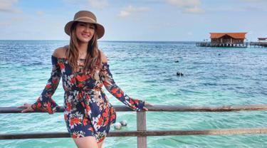 Selain senang dengan sepakbola, wanita kelahiran 12 April 1991 ini miliki hobi untuk berwisata alam. Salah satunya yakni pergi ke pantai. Guna menikmati keindahan pantai, wanita kelahiran 12 April 1991 ini kenakan topi agar menghalau teriknya sinar matahari. (Liputan6.com/IG/@intansaumadina)